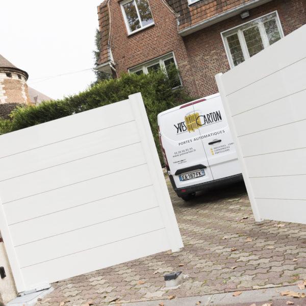 Portail-battant-lisses-larges-horizontales-blanc-YVES-CARTON-PORTAILS-LILLE