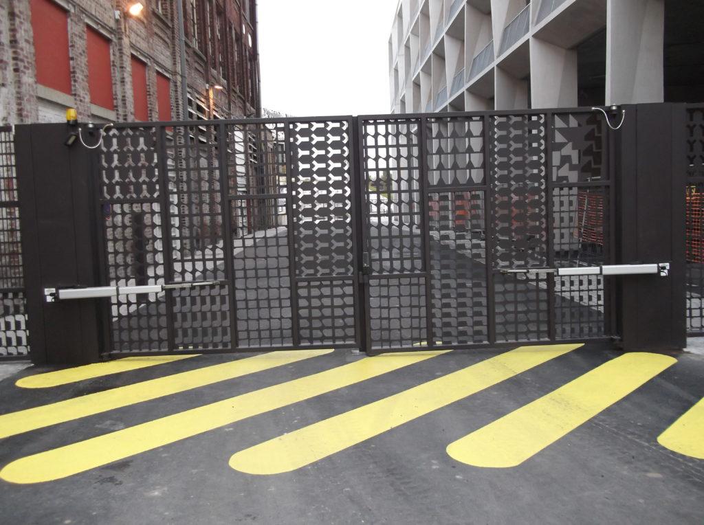 Portail-battant-toles-perforées-sécurité-parking-YVES-CARTON-PORTAILS-LILLE