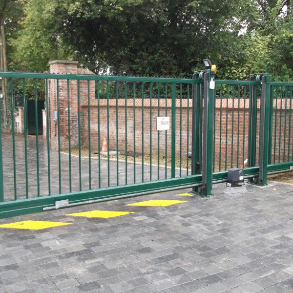 Portail-coulissant autoportant-vert-sécurité-parking-YVES-CARTON-PORTAILS-LILLE