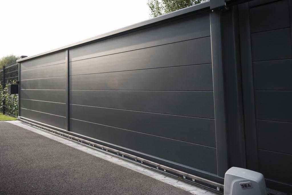 Portail-coulissant-lames-larges-horizontales-noir-YVES-CARTON-PORTAILS-LILLE