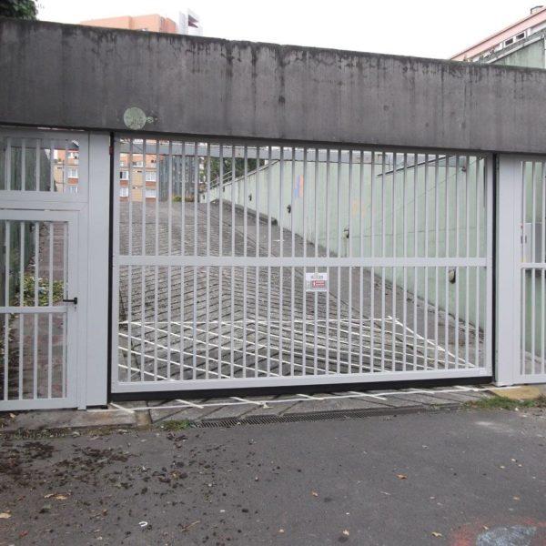 Porte-basculante-barreaudée-accès-parking-copropriété-YVES-CARTON-PORTAILS-LILLE