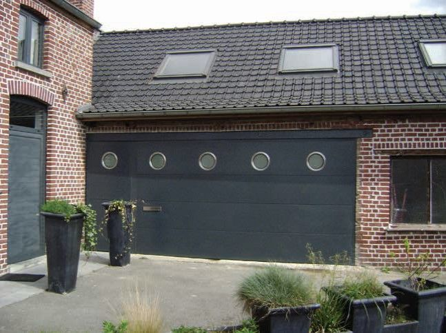 Porte-de-garage-avec-hublots-ronds-YVES-CARTON-PORTAILS-LILLE