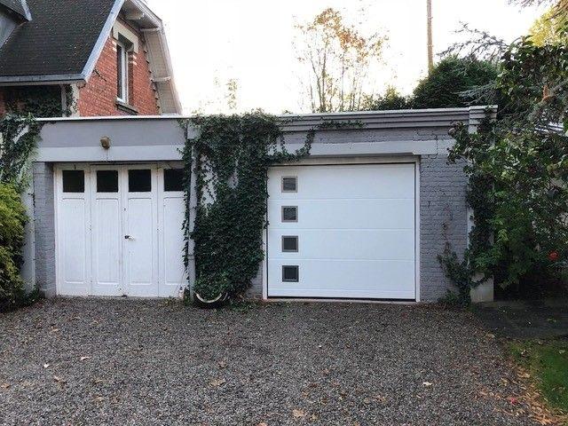 Porte-de-garage-hublots-carrés-blanc- YVES-CARTON-PORTAILS-LILLE
