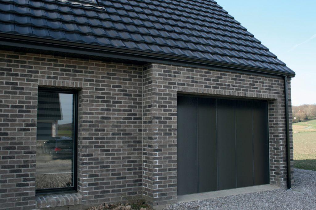 Porte-de-garage-ouverture-latérale-noir-YVES-CARTON-PORTAILS-LILLE