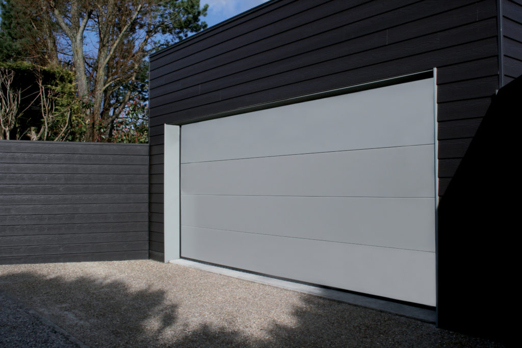 Porte-de-garage-panneaux-lisses-YVES-CARTON-PORTAILS-LILLE