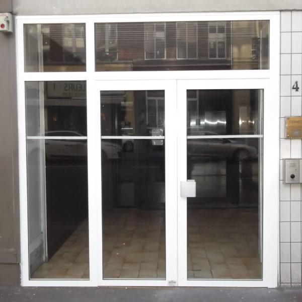 Porte-entrée-immeuble-avec-Interphone-blanc-YVES-CARTON-PORTAILS-LILLE