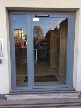 Porte-entrée-immeuble-motorisée-gris-YVES-CARTON-PORTAILS-LILLE