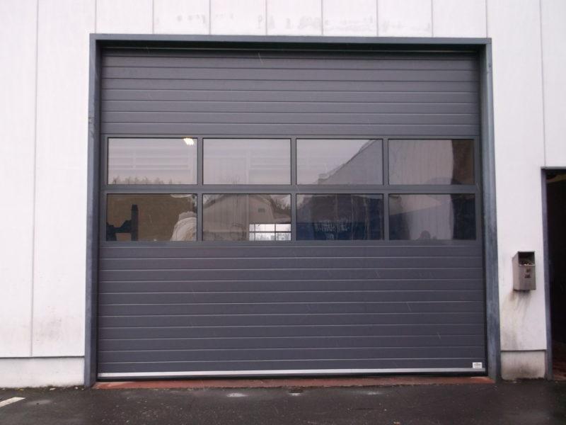 Porte-sectionnelle-avec- sections-vitrées-YVES-CARTON-PORTAILS-LILLE