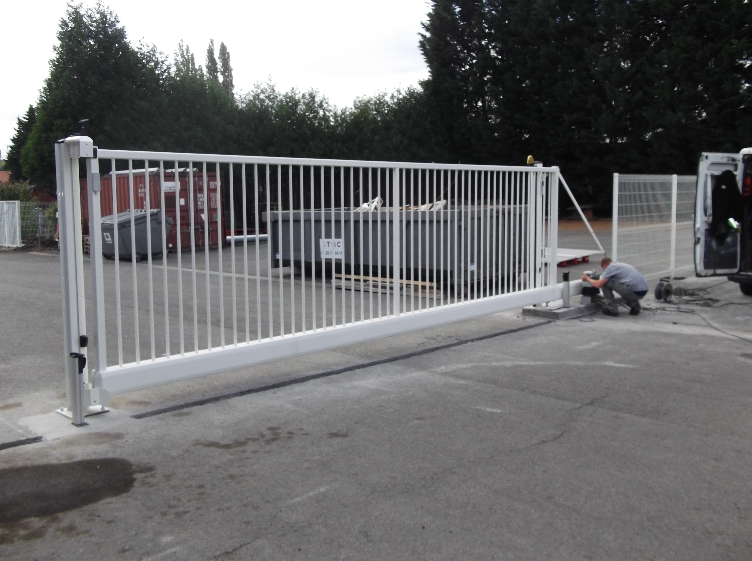 Sécurisation d'un site industriel + portail coulissant motorisé autoportant