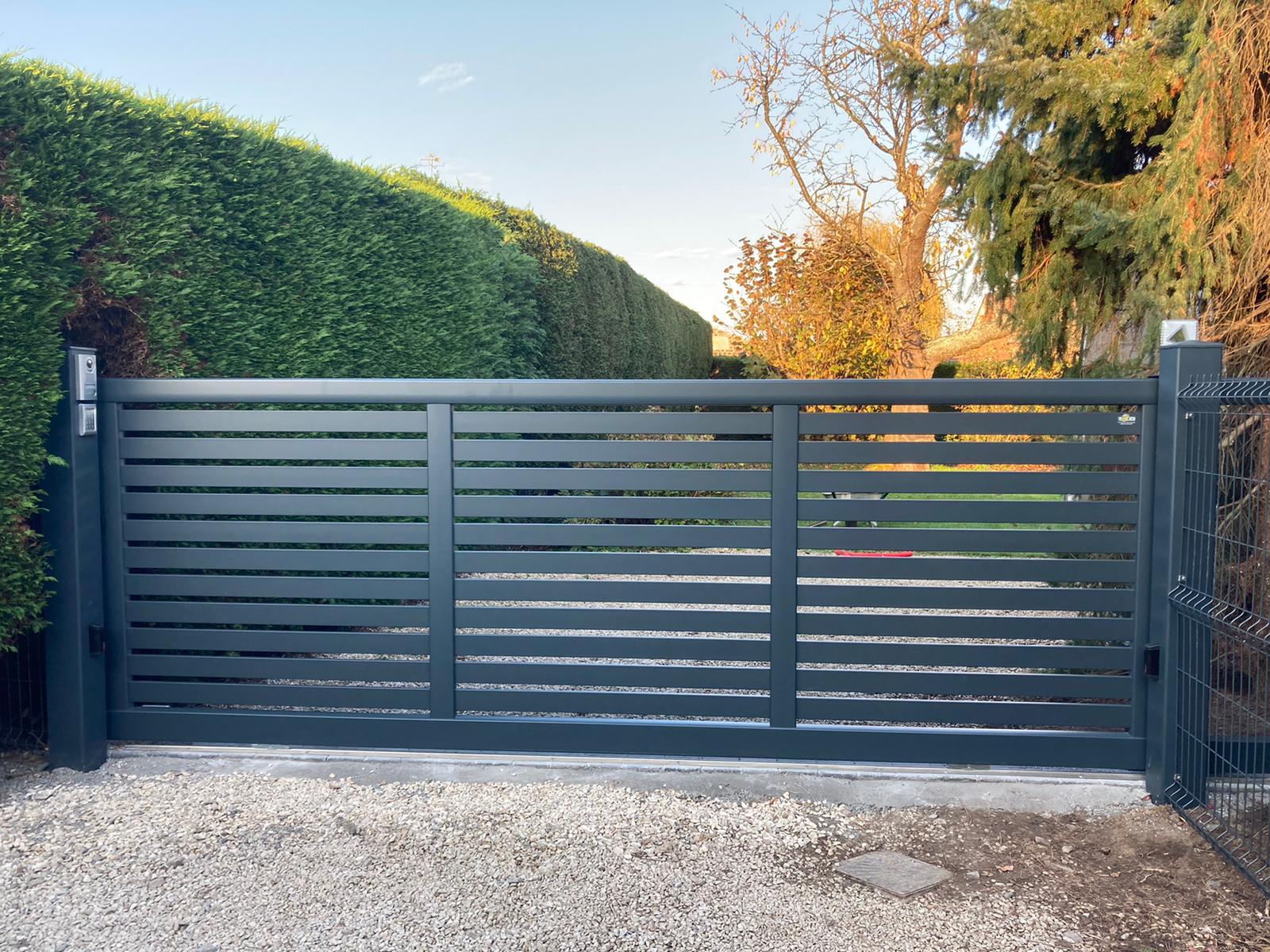 Installation d'un portail coulissant ajouré à Ennevelin l Yves Carton