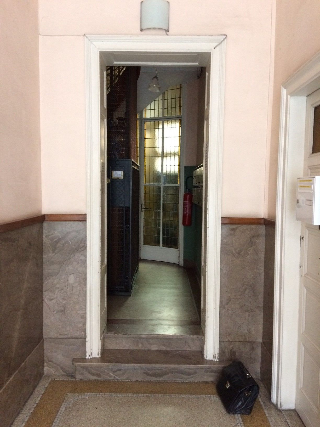 Avant porte entrée appartement l Yves Carton.jpg