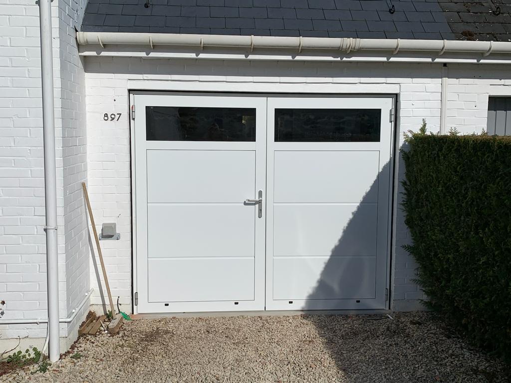 Installation à Bondues porte de garage battante avec partie haute en acrylate l Yves Carton