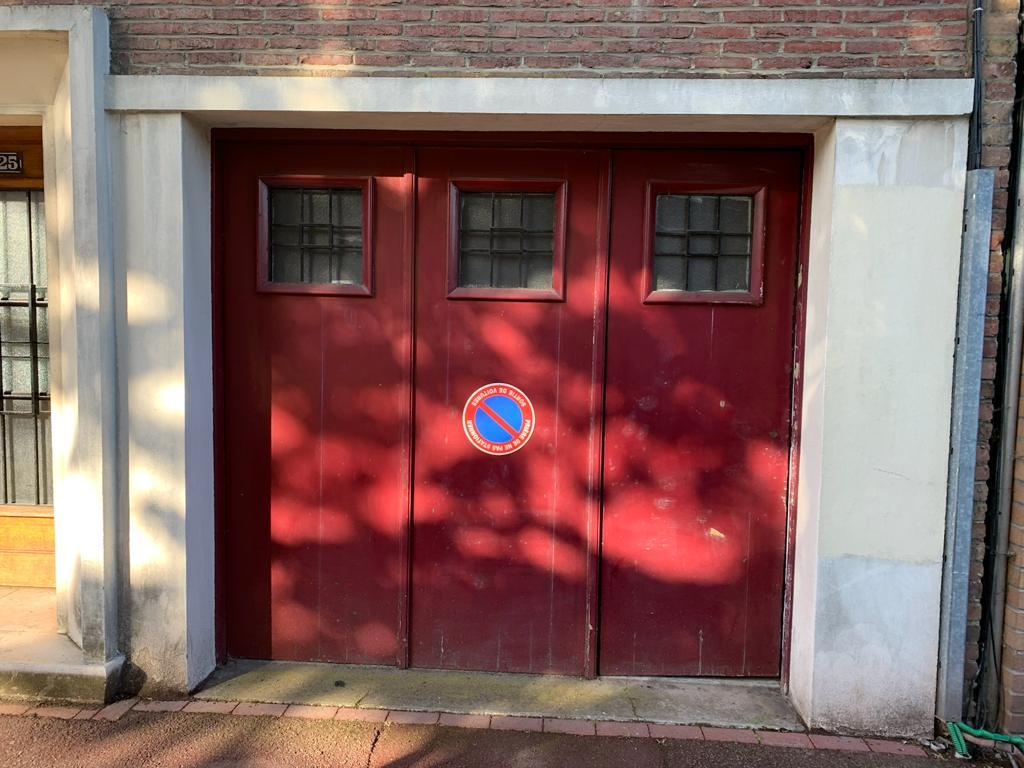 Avant installation porte de garage sectionnelle avec hublots carrées l Yves Carton