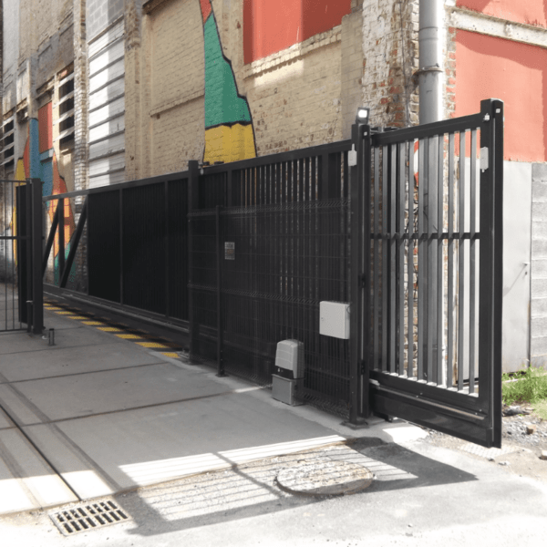 Installation portail 10m autoportant pour Vestiaire Collective à Tourcoing - Yves Carton