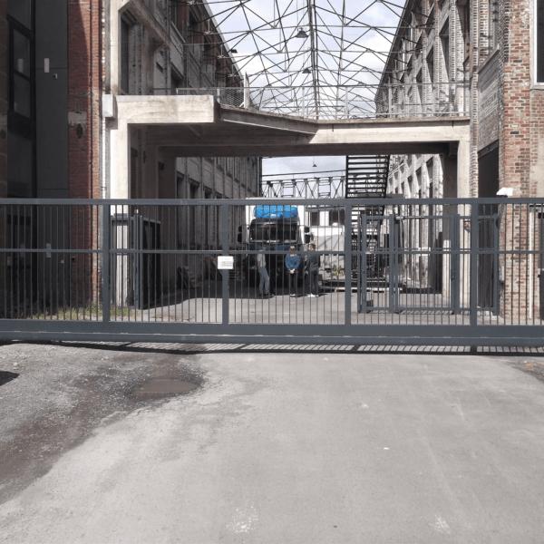 Pose portail 10m autoportant pour Vestiaire Collective à Tourcoing - Yves Carton
